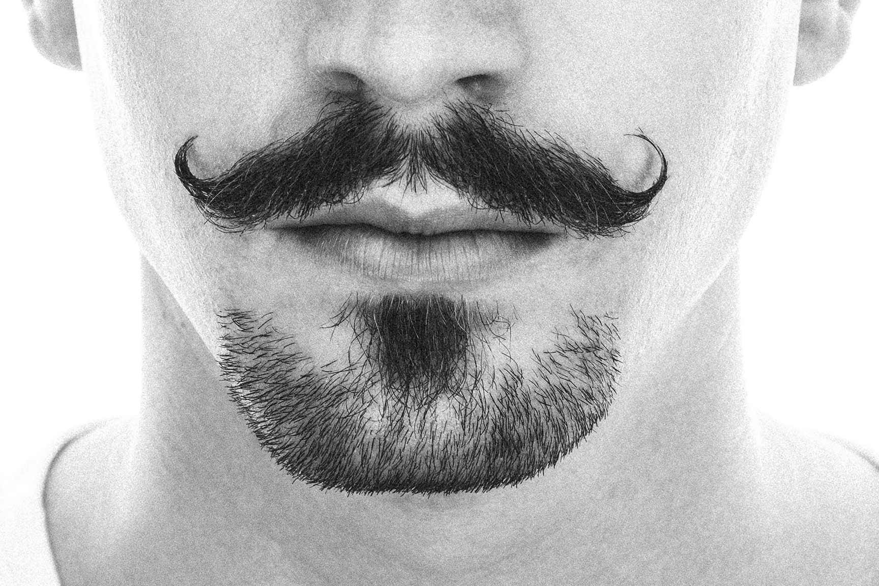Oberlippenbart gezwirbelt für den Movember.