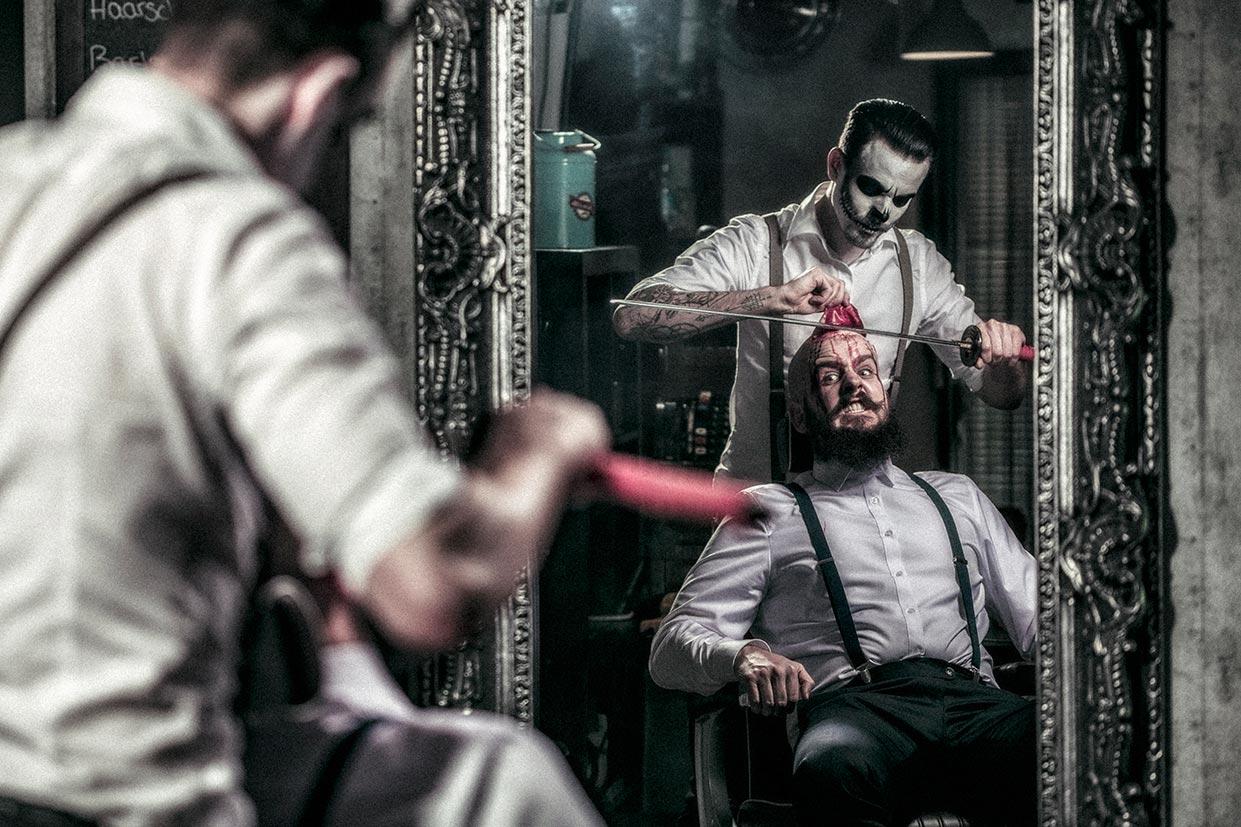 Die Rasur der Glatze beim Barbier des Grauens an Halloween.