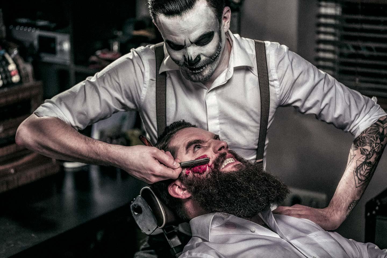 Wichtige Dinge bei der Rasur mit dem Rasiermesser: Die Klinge muss scharf sein, der Druck muss leicht sein und der Winkel der richtige. Die Nassrasur mit dem Rasiermesser beim Barbier des Grauens.
