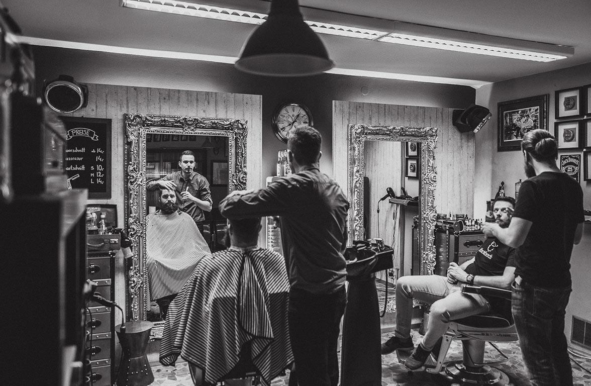 Welcher Barbier oder Friseur genießt dein Vertrauen, wenn es um deine Haar- und Bartpflege geht? Wir sind auf der Suche nach den besten Barbieren Deutschlands und Österreichs.