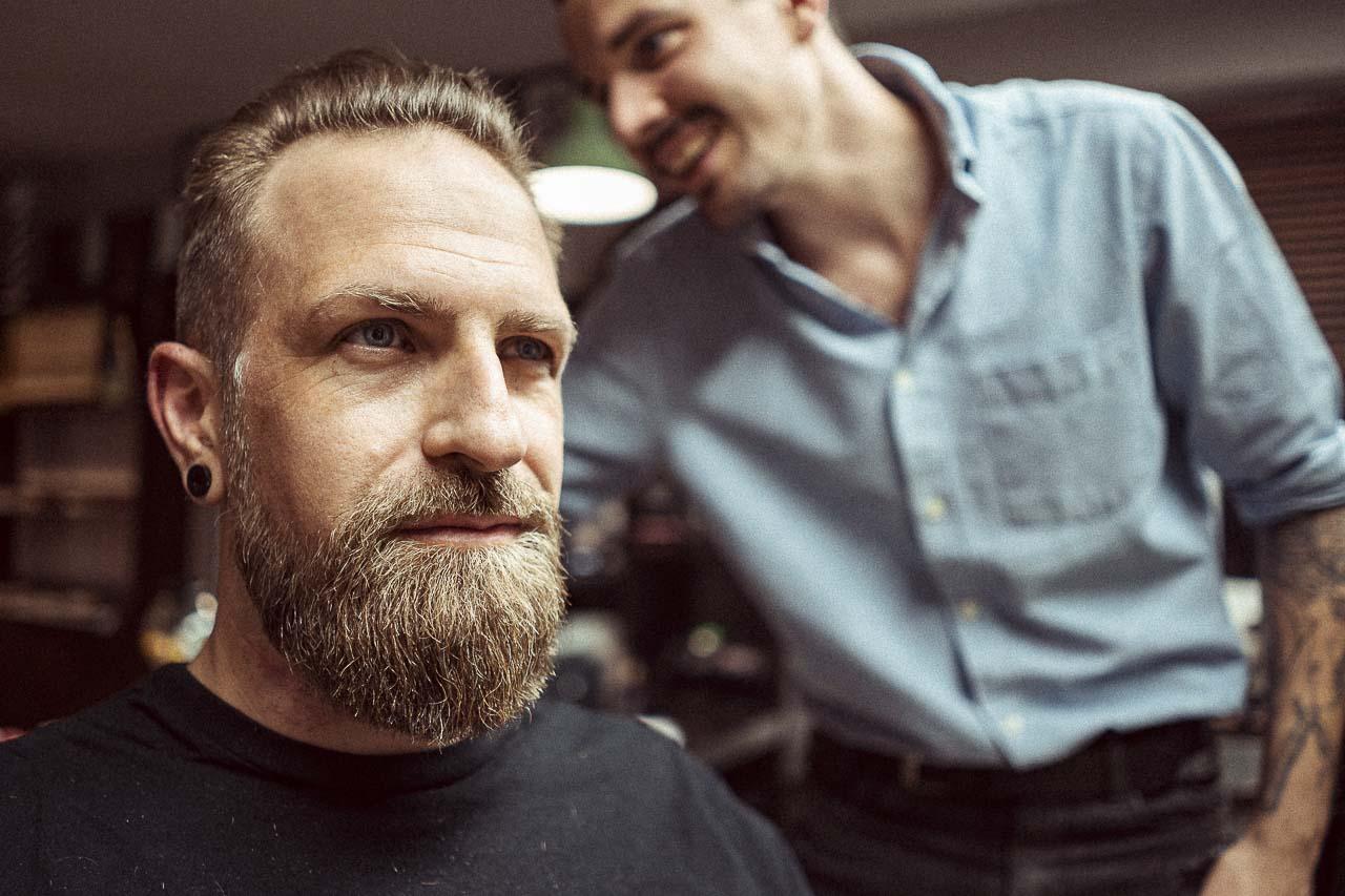 Mann beim Barbier