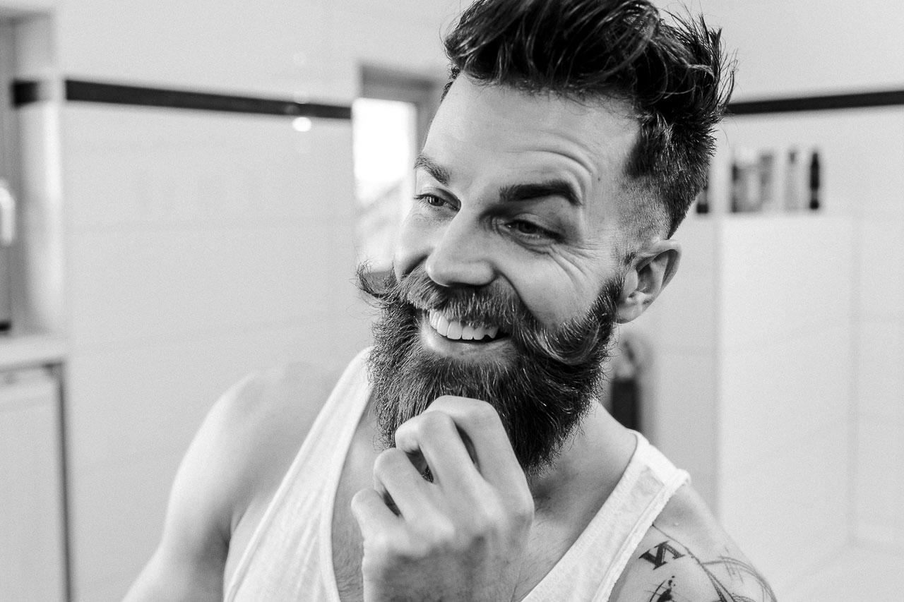 Bartpflege Quick Wins: Tipps, um deinen Bart schnell gepflegter aussehen zu lassen. Vom Drei-Tage-Bart hin zum Vollbart geben wir dir einige Pflege-Tipps, die deine Bartpracht allzeit besser aussehen lässt. Willkommen im Bartpflege-Ratgeber von blackbeards.