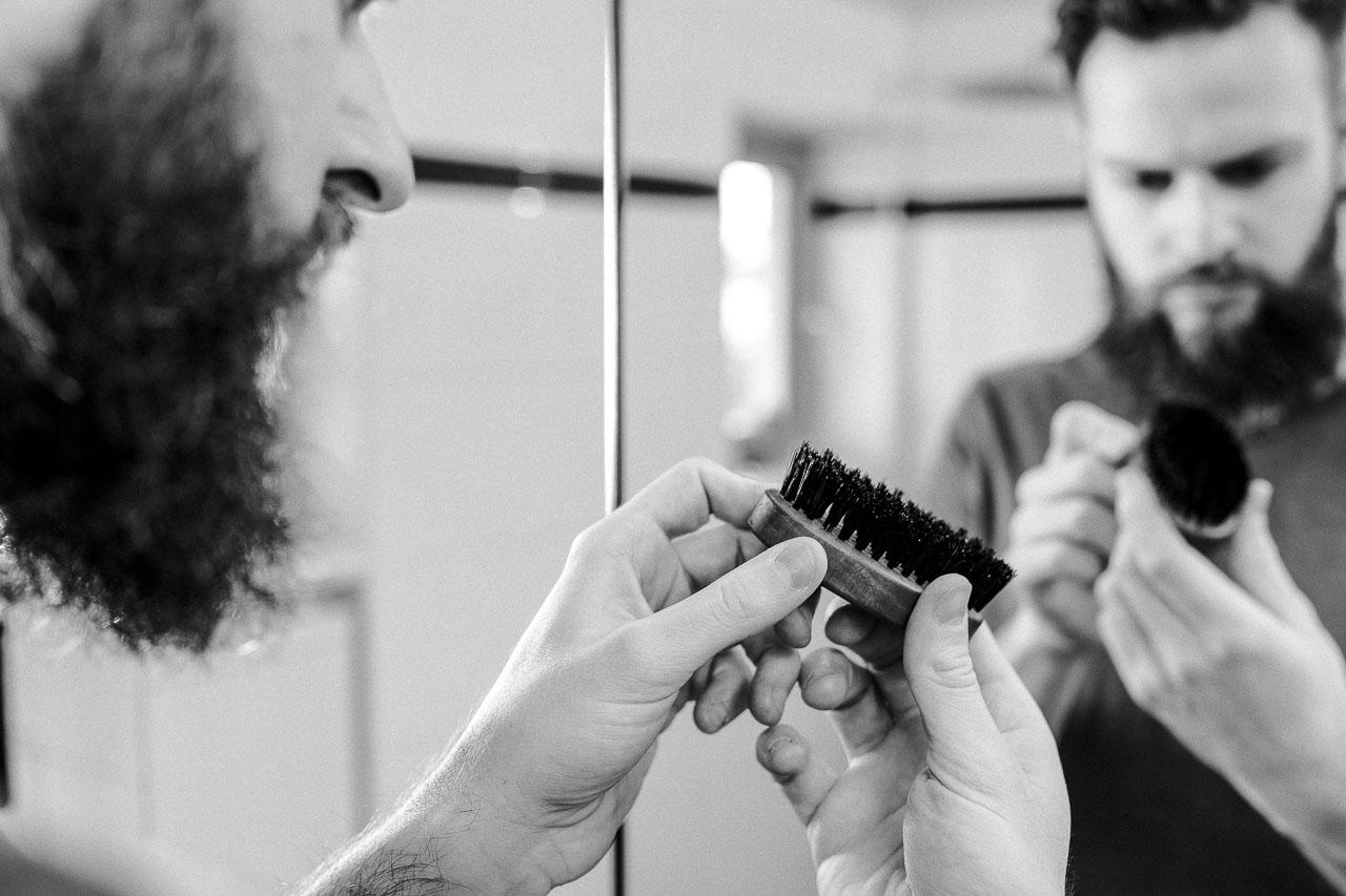Wenn du einen Bart trägst brauchst du, egal ob kurz oder lang, eine Bartbürste. Sie optimiert deine Pflege und regt die Talgproduktion und Durchblutung der Haut an.