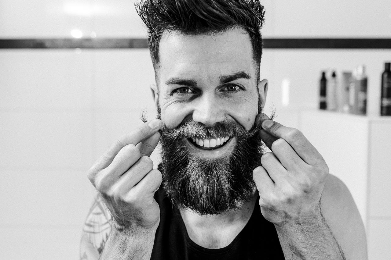 Dein Oberlippenbart ist dein ganzer Stolz. Du stutzt einzelne Barthaare, pflegst ihn mit Bartöl und zwirbelst die Enden deines Schnurrbartes mit Bartwichse – alles über die Pflege und das Styling deines Oberlippenbartes erfährst du bei blackbeards, deinem Ratgeber für Bartpflege (und Rasur). Das Beste an einem Schnurrbart ist, dass du ihn nicht nur alleine tragen kannst, sondern er auch deinen Vollbart prachtvoller aussehen lässt.