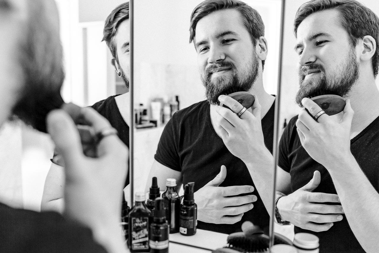 Für deinen perfekt gepflegten Bart bekommst du kräftig Unterstützung von allem, was du in einem guten Bartpflege Set findest. Neben pflegendem Bartöl und leicht stylendem Balsam solltest du zum Beispiel auch eine Bartbürste finden.