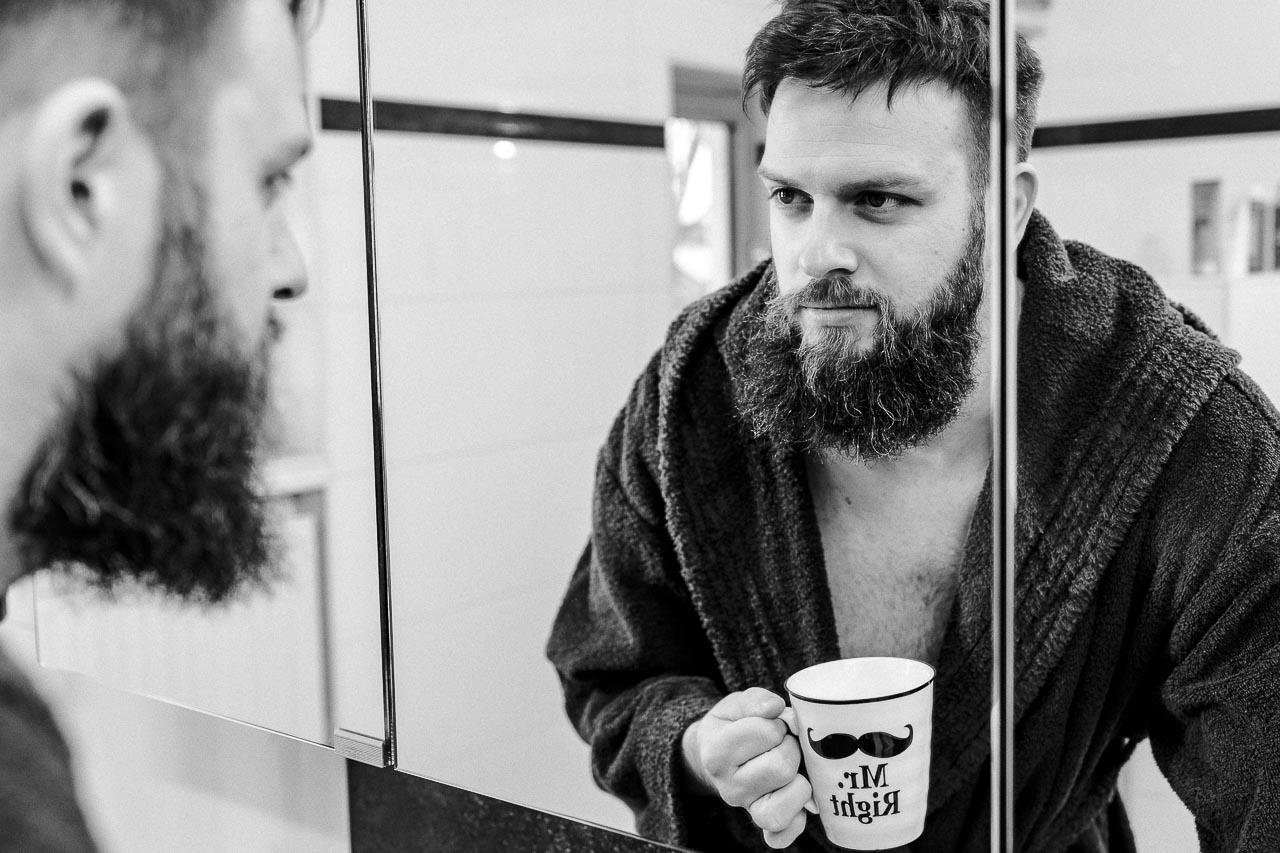 Die tägliche Bartpflege ist absolutes Muss für den Mann mit Bart. Einzelne, abstehende Barthaare werden mit einer Schere gestutzt, du nutzt Bartöl für einen weichen, glänzenden Bart und wäschst ihn mit Bartshampoo. Diese und mehr Bartpflege-Tipps für jeden Tag findest du bei blackbeards.