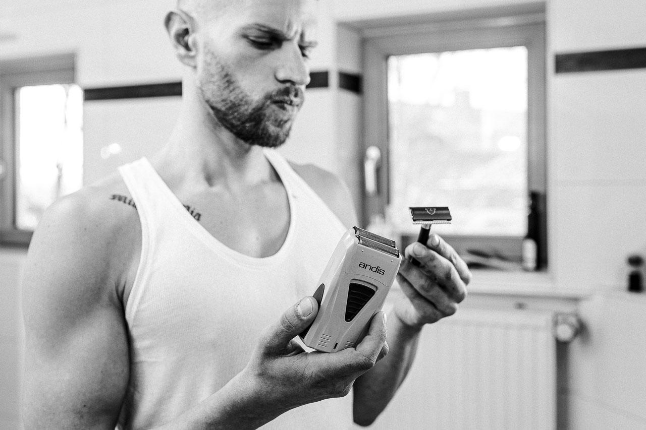 Deine Rasur kannst du auf verschiedene Weisen bewältigen und neben der Vielzahl an Optionen für Nassrasur gibt es da noch die Trockenrasur.