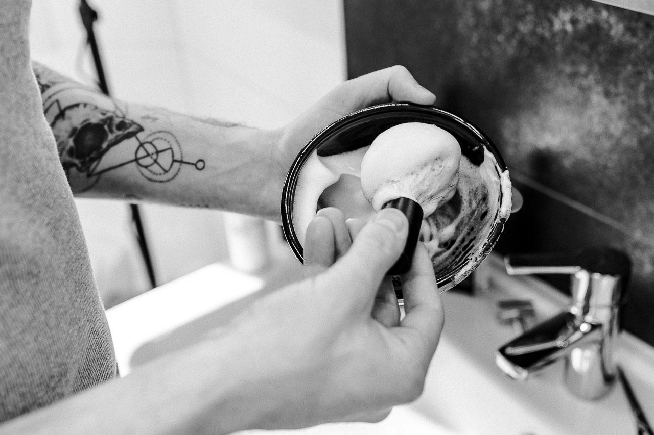 Verschiedene Pre Shave Produkte verhalten sich auch beim Aufschlagen verschieden. Finde heraus, worin sich Rasierseife, Rasiercreme und Rasiergel unterscheiden.