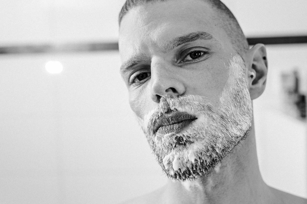 Nach der Rasur wächst der Bart dichter nach, mit mehr Druck geht mehr weg und wo keine Haare sind, lassen sich welche herbeizaubern. Das sind Mythen und so nicht unbedingt korrekt.