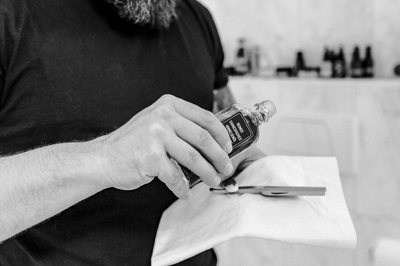 Dein Rasiermesser ist dein neuer bester Freund bei deiner Rasur und damit es auch lange schön scharf und ein Hingucker bleibt, musst du es richtig pflegen.