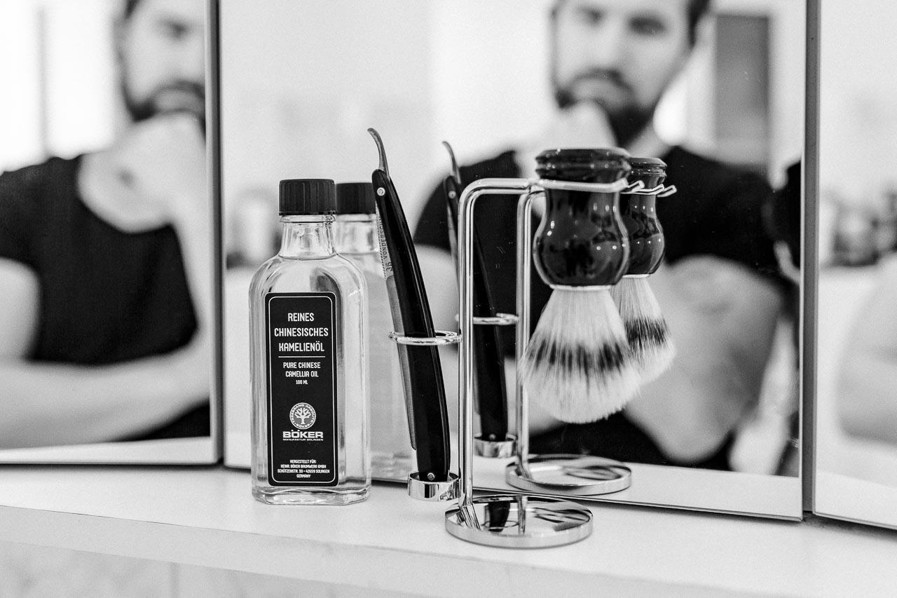 Deine wichtigsten Werkzeuge bei der Rasur sind Pinsel und Messer. Und damit die auch lange perfekt funktionieren, gilt es ein paar Regeln bei deren Pflege zu beachten.
