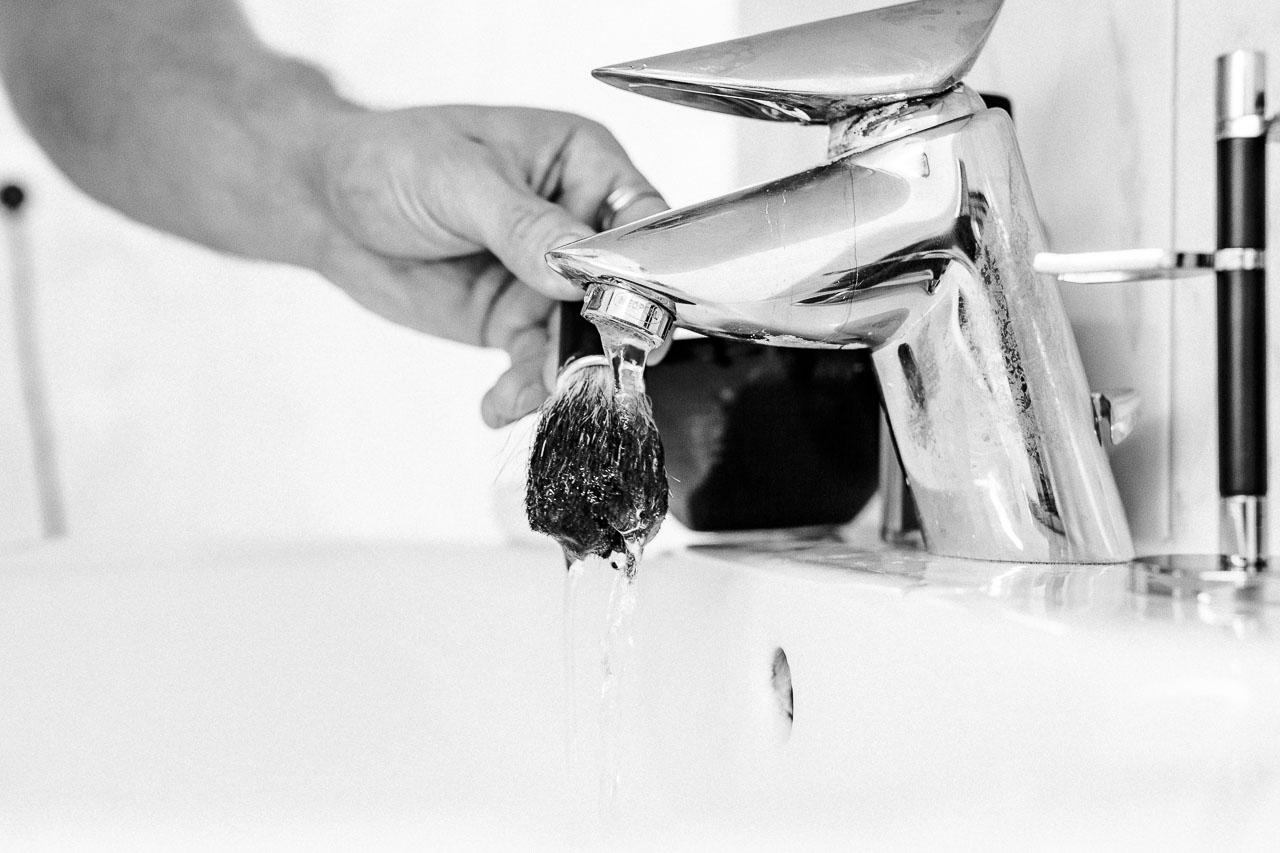 Damit du auch lange etwas von deinem hochwertigen Rasierpinsel hast, musst du ihn gut pflegen und richtig lagern, damit seine Borsten immer den perfekten Schaum schlagen.