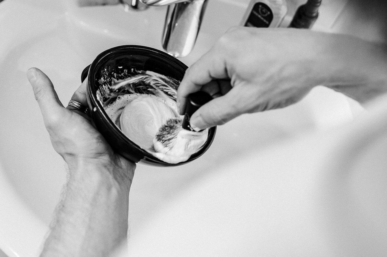 Wie auch beim Essen ist aus der Dose nicht immer optimal und bei der Rasur bekommst du den besten Schaum, indem du eine feine Rasierseife mit einem guten Rasierpinsel aufschlägst.