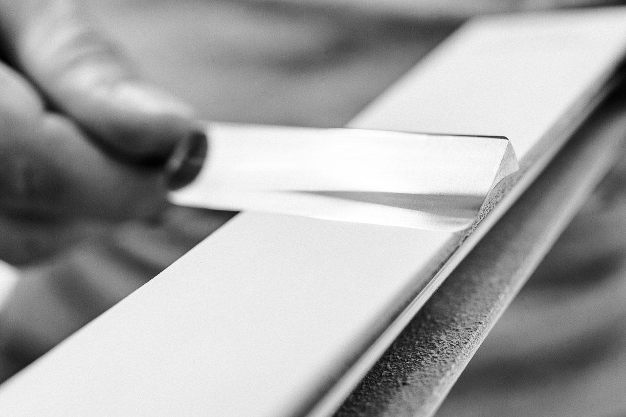 Damit dein Rasiermesser auch schön scharf ist bei der Rasur, musst du es vorab mit einem Abziehriemen oder einem Streichriemen abziehen.
