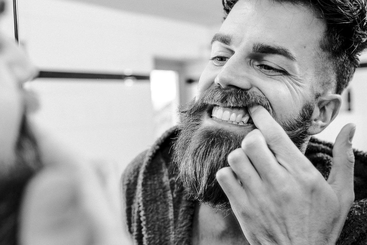 So kannst du deine Zähne mit Hausmitteln aufhellen.