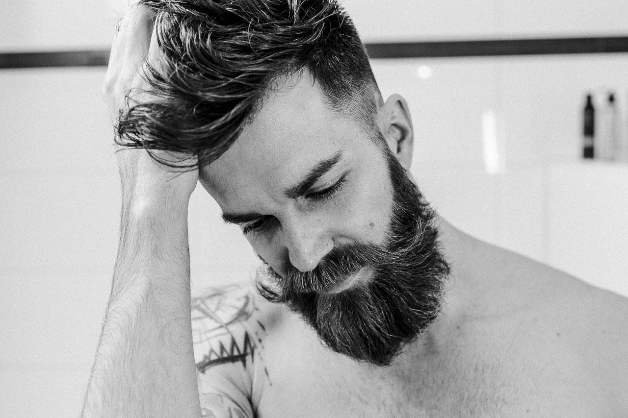 Nicht nur dein Bart, nein auch die Haarpracht auf deinem Kopf soll in vollem Glanz erstrahlen. Mit den richtigen Tipps klappt das auch im Handumdrehen.