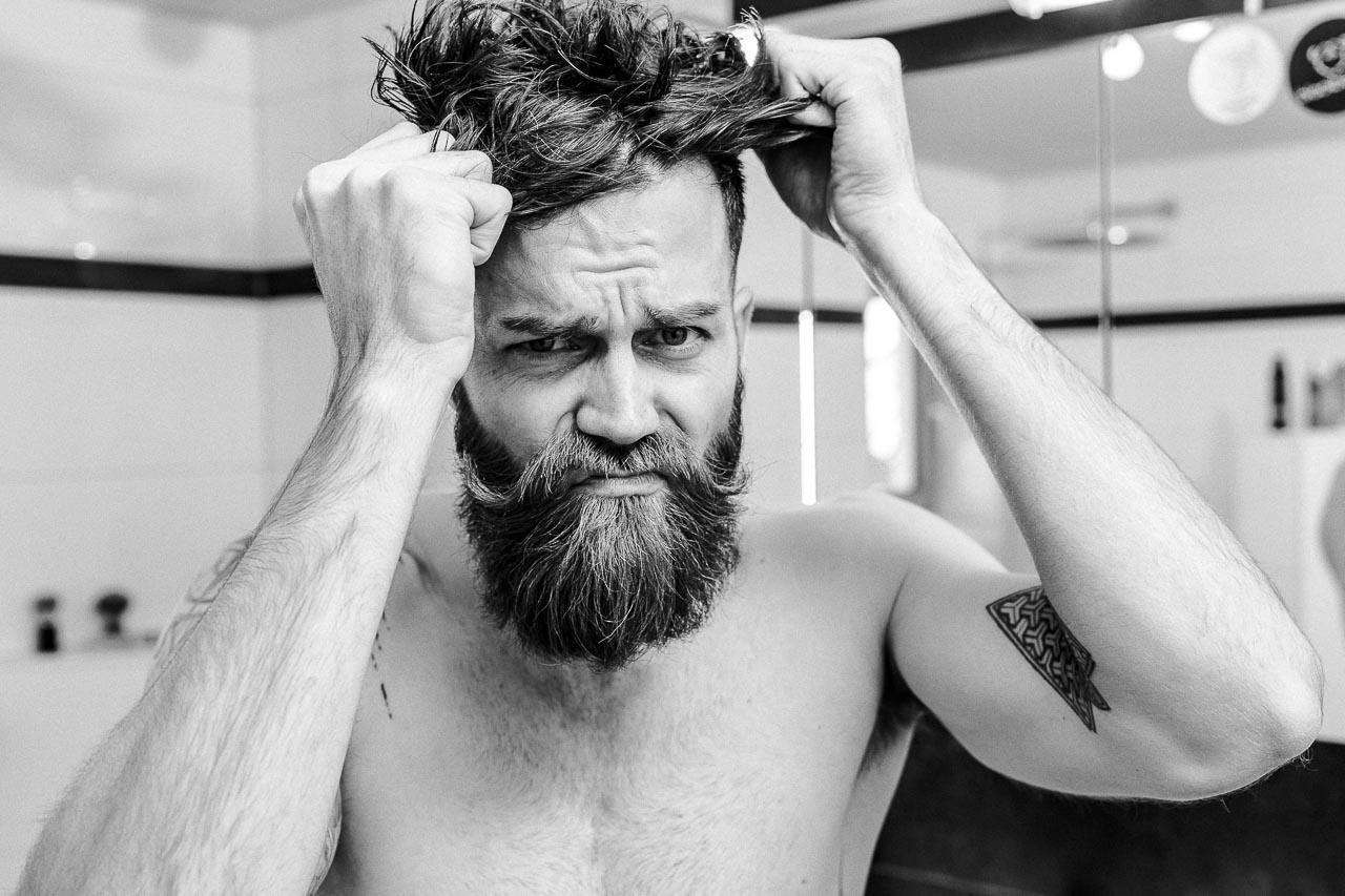 Es gibt diverse Ursachen für Haarausfall.