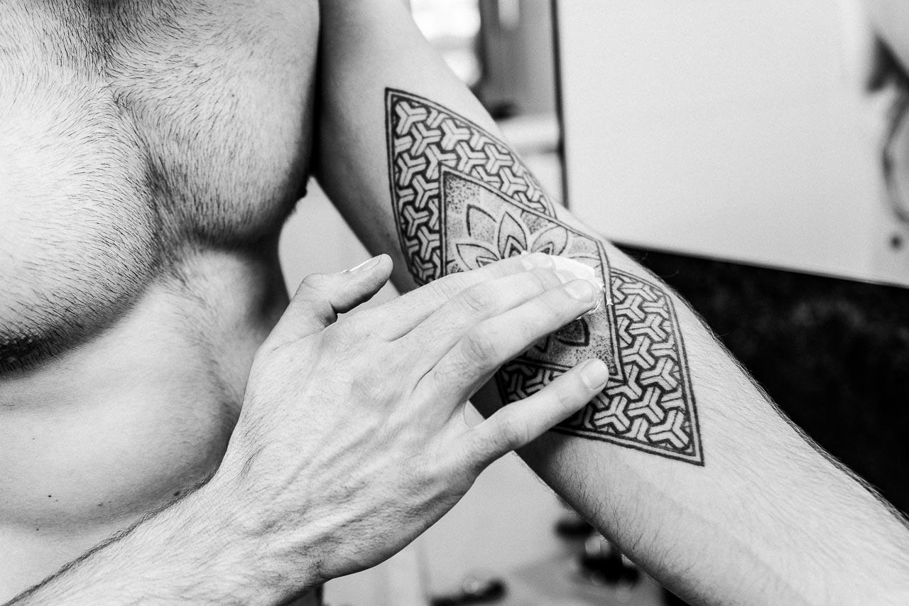Gerade bei frisch gestochenen Tattoos können Probleme auftreten. Wir erklären dir wie du richtig reagierst und dein Tattoo gesund hältst.