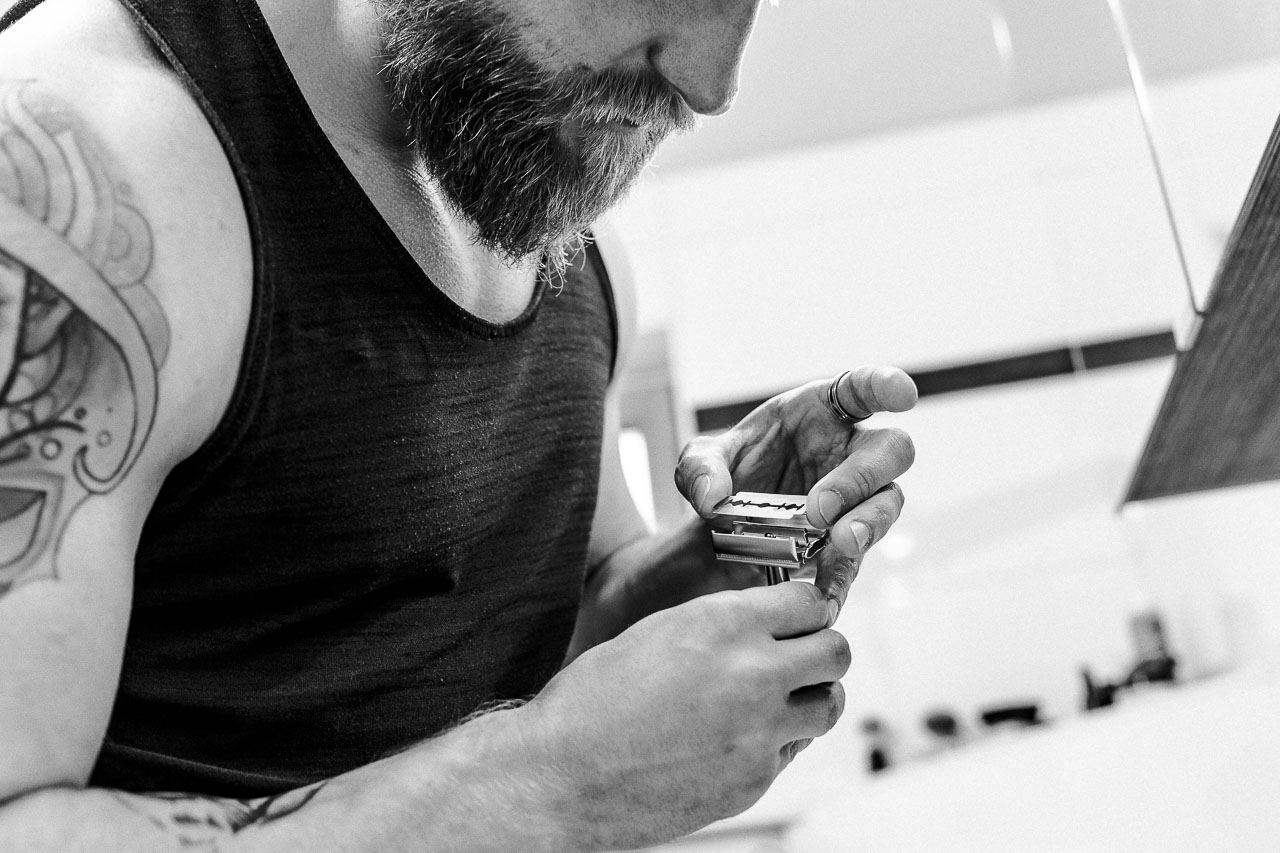 Die Rasur gelingt dir am besten mit einem klassischen Rasurwerkzeug wie einem Rasierhobel. Den Umgang hast du im Handumdrehen erlernt.