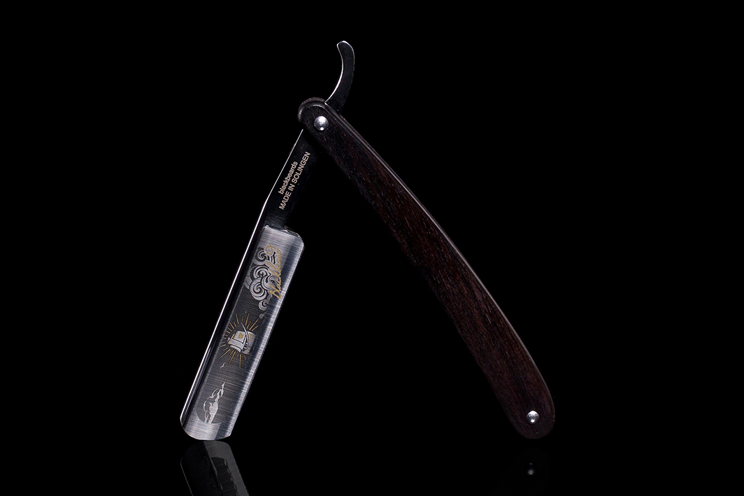 Eine wahre Schönheit ist dieses Rasiermesser im Heft aus Ebenholz.