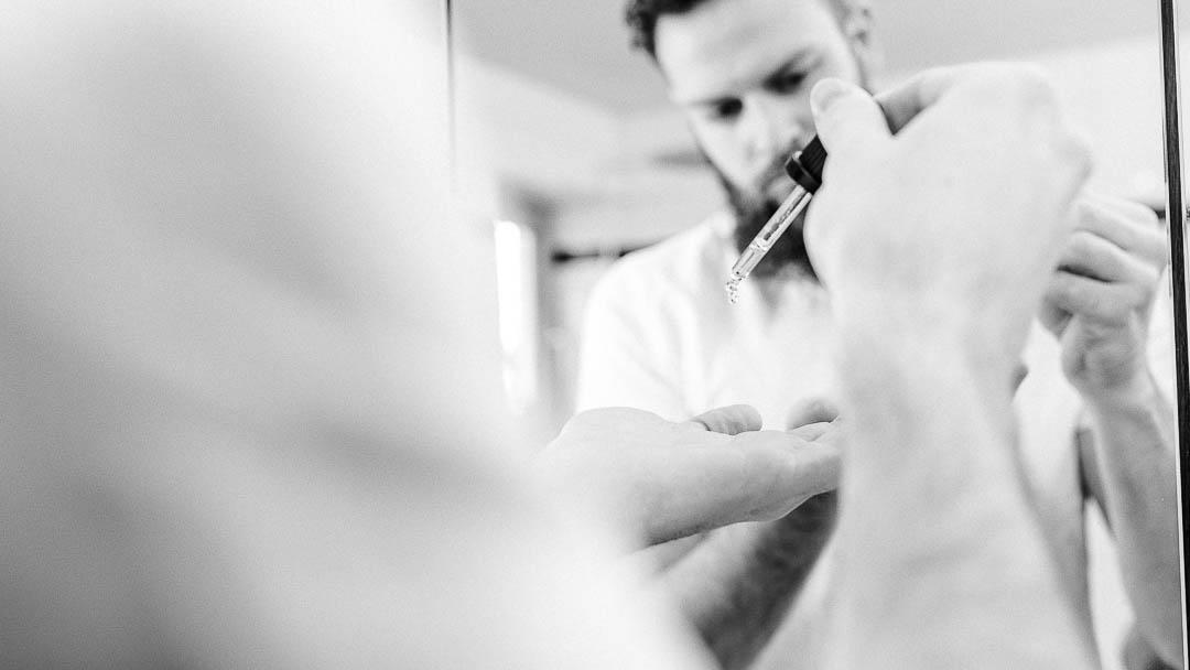 Basisöle oder auch Trägeröle bilden die Grundlage und ätherische Öle geben den Duft dazu. Es gibt einiges an Wissen zu Bartölen. Lerne jetzt mehr.