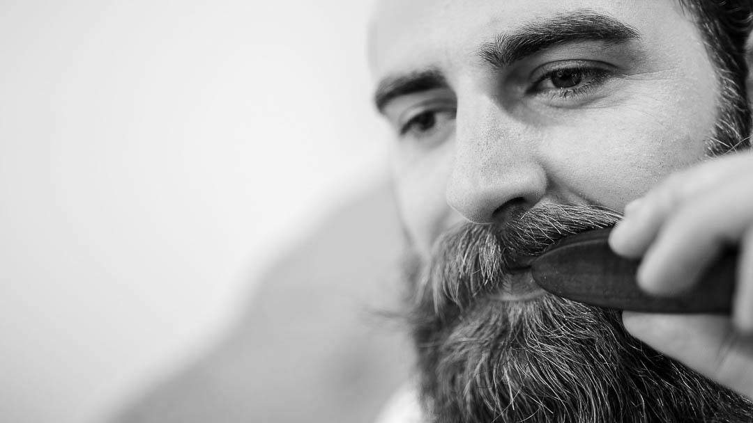 Bürste deinen Bart mit einer feinen Bartbürste und sorge für Ordnung in deinem Bart. Dein Bartöl verteilst du dabei spielerisch und angenehm gleichmäßig an allen einzelnen Barthaaren.