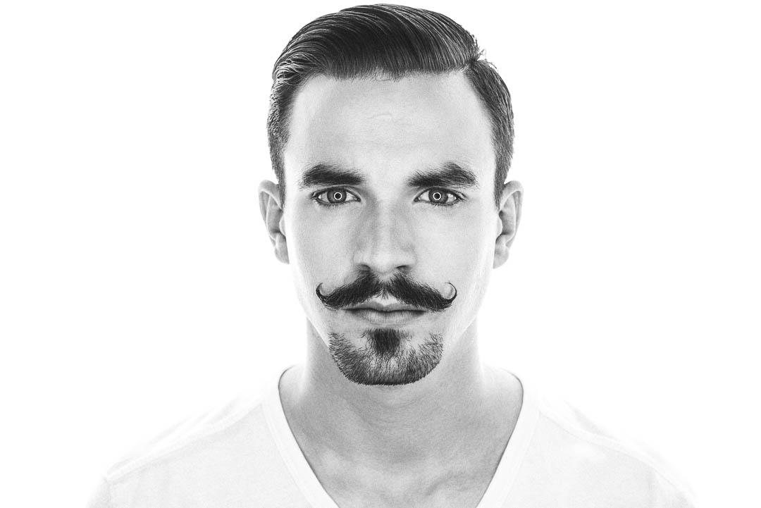 Ein reduzierter und sehr gepflegter Bart ist der Vitor-Emanuel-Bart. Eine Kombination aus gezwirbletem Schnauzer und Kinnbart, die Eindruck macht.