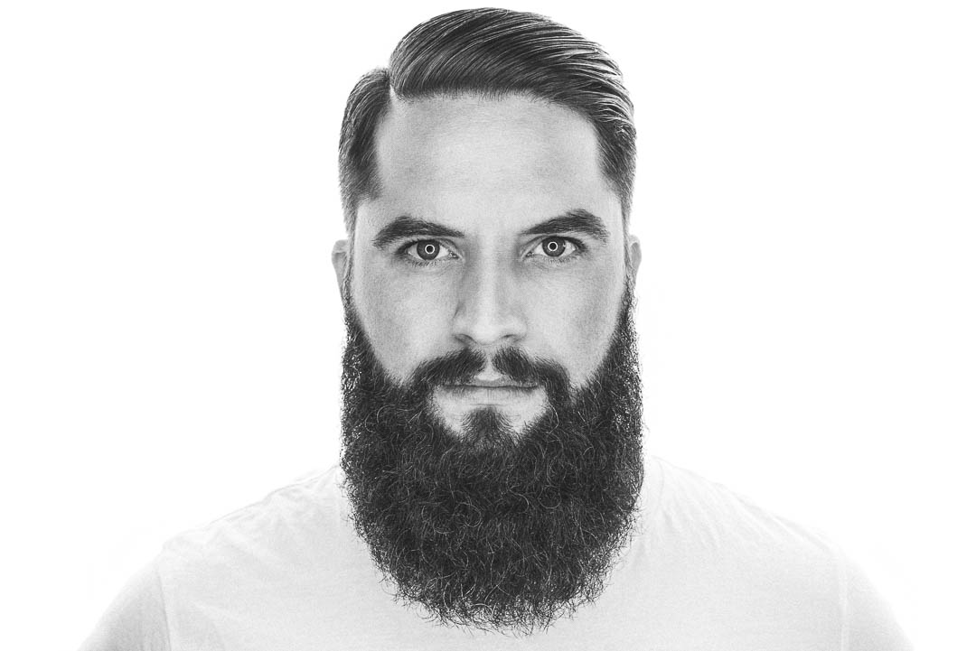 Ein Vollbart mit tief ansetzenden Wangenkonturen. Der Hollywoodian vereint gepflegtes glattes Auftreten mit dem wilden männlichen Bartwuchs.