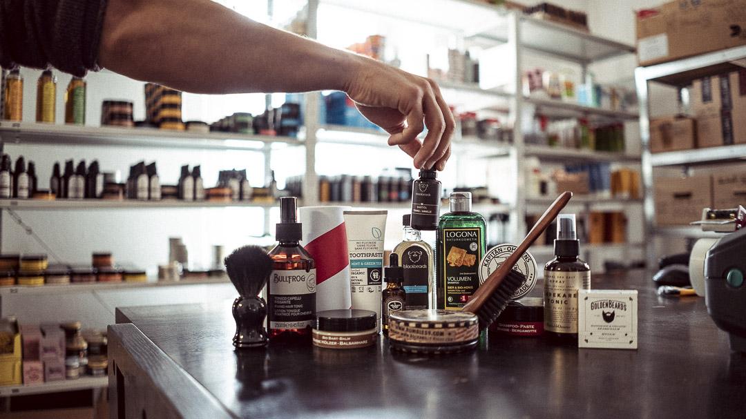 Die Auswahl von Produkten im Lager.