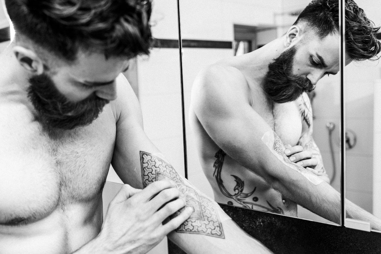 Die richtige Pflege bei einem frisch gestochenes Tattoo.