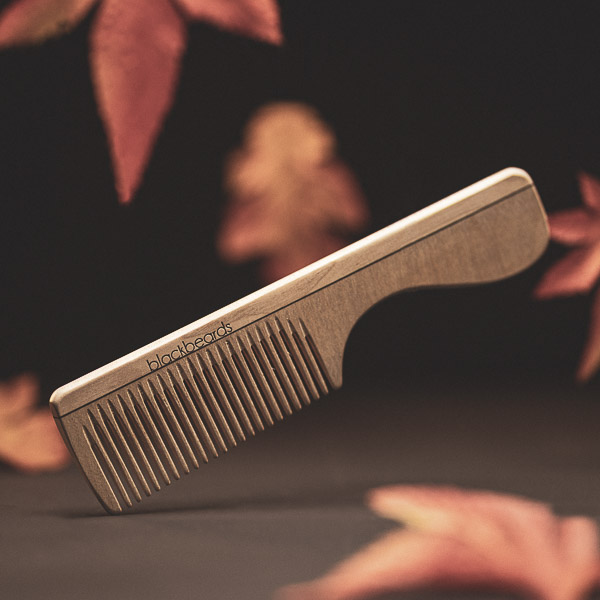 Der Bartkamm aus Ahorn dient dem Kämmen der Barthaare.