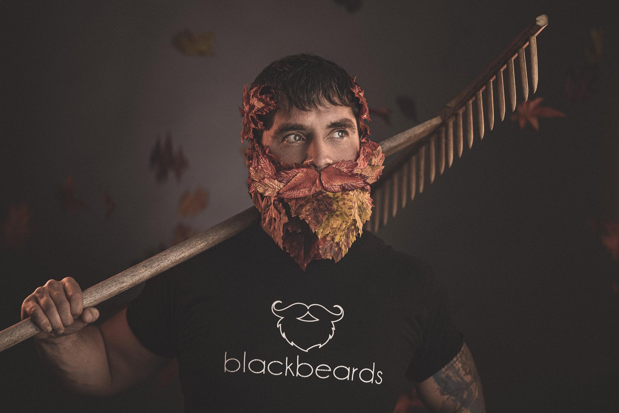 Mike Seebauer von blackbeards mit einem Bart aus Laubblättern und einem Rechen