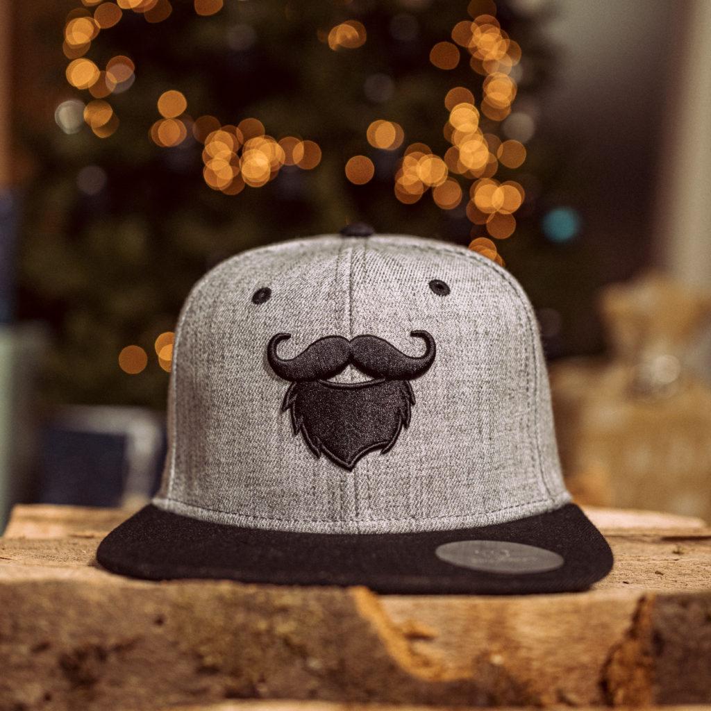 Darüber wird er sich bestimmt freuen: blackbeards Snapback Cap Modern Grey.