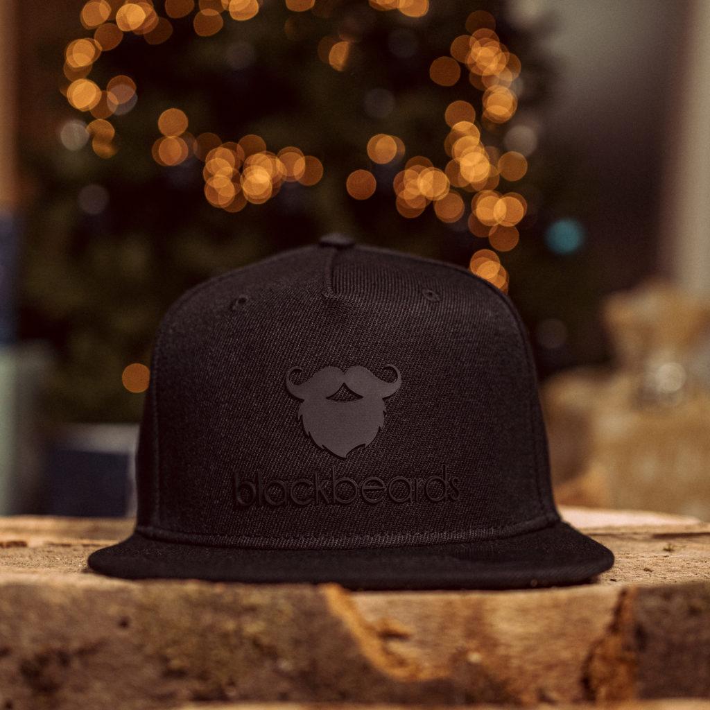 Ein tolles Geschenk. Snapback Cap Three Black Dimensions.